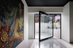 Thiết kế nhà đón gió nhờ cửa kính trục xoay